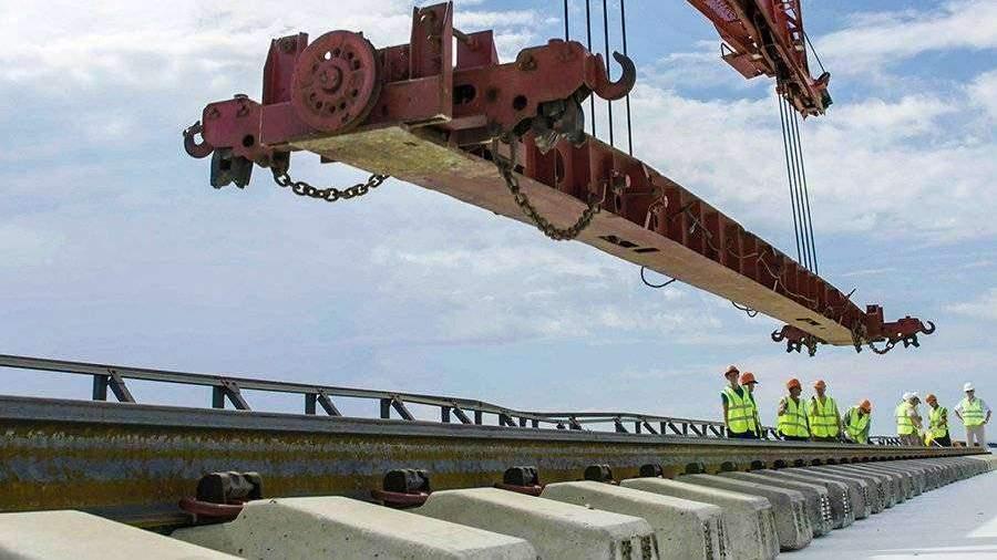 На Крымском мосту уложили первые рельсы