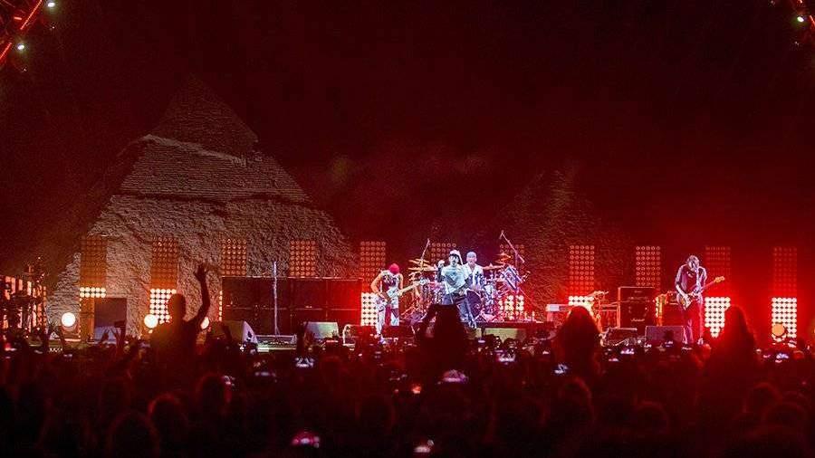 gruppa-red-hot-chili-peppers-vistupila-na-fone-egipetskix-piramid