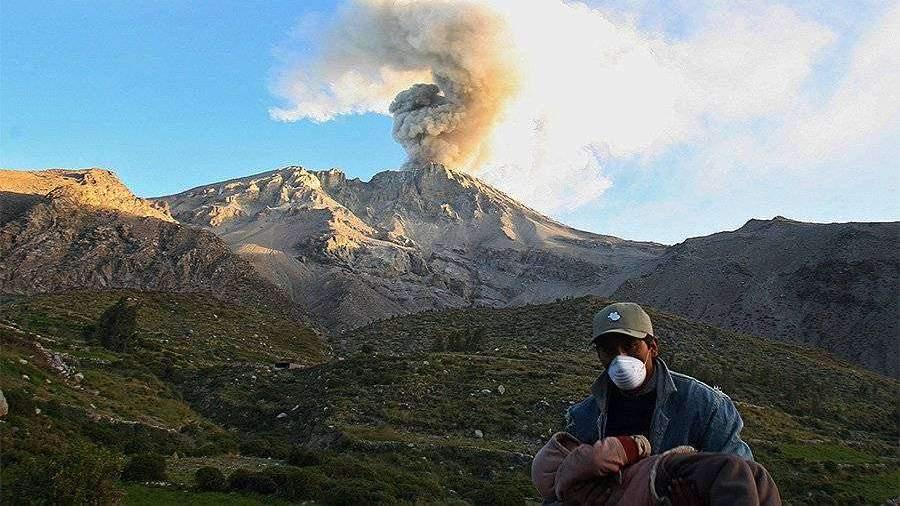 В Перу объявили повышенный уровень тревоги из-за активности вулкана Убинас