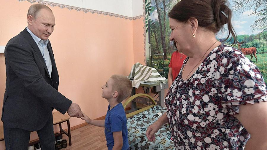 """Путин пообещал иркутскому ребёнку отремонтировать """"утонувший"""" садик"""