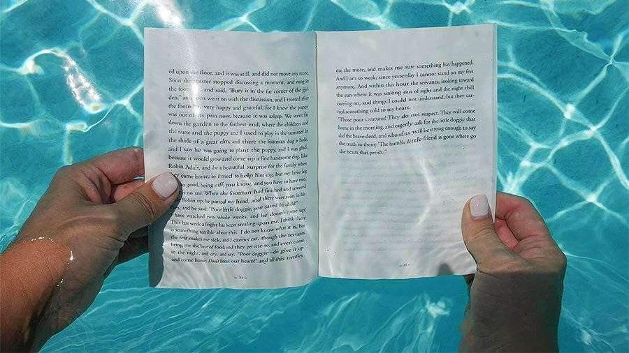 https://cdn.iz.ru/sites/default/files/styles/900x506/public/news-2019-08/underwater-reading-highgate-hotels-WATERBOOK0819%20copy.jpg?itok=v9rhJDbJ