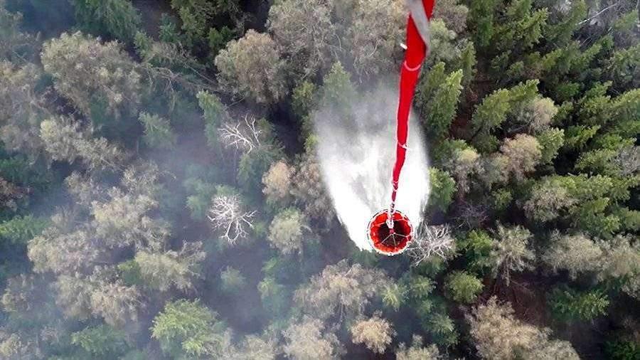 Военный вертолет сбросил более 50 т воды на природные пожары в Туве