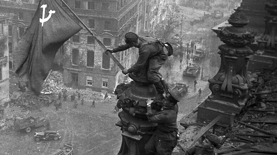 Знамя Победы над Рейхстагом [3] — военное фото