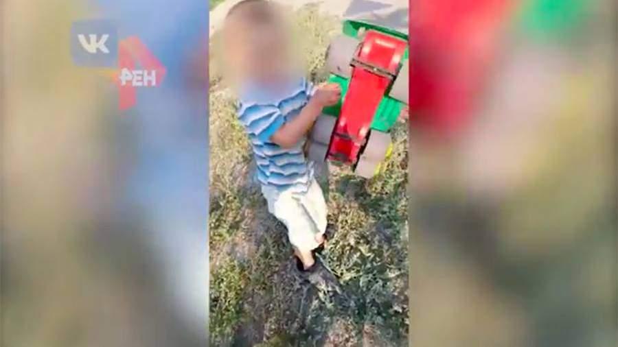 СК начал проверку после видео с уснувшим на обочине трехлетним ребенком
