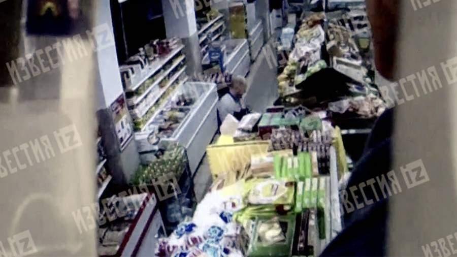 Камеры «Магнита» сняли подозрительного мужчину у стеллажа с фруктами