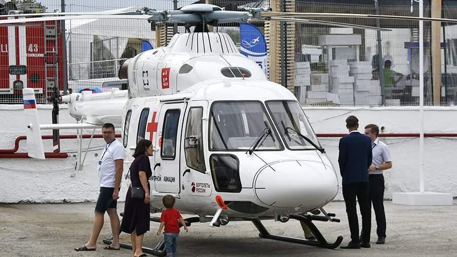 Посетители осматривают легкий вертолет санитарной авиации «Ансат» на международной выставке «Гидроавиасалон» в Геленджике