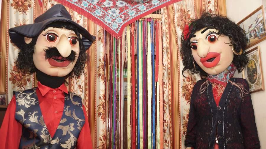 На входе в музей гостей встречают ростовые куклы