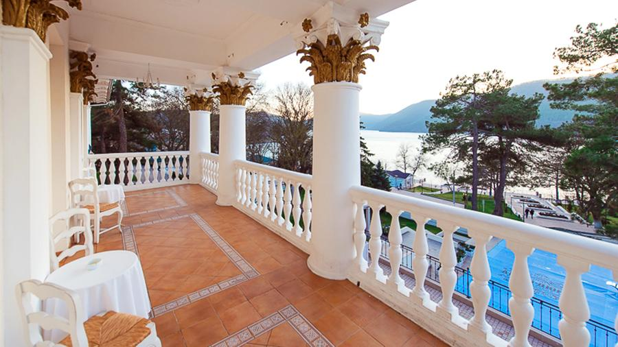 Вид на озеро Абрау с балкона бутик-отеля «Империал»