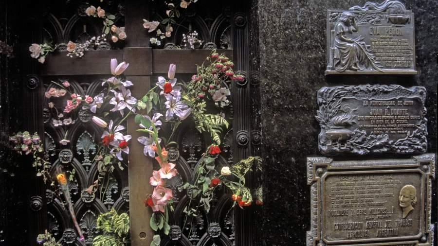 Могила Эвы Перон на кладбище Реколета вБуэнос-Айресе