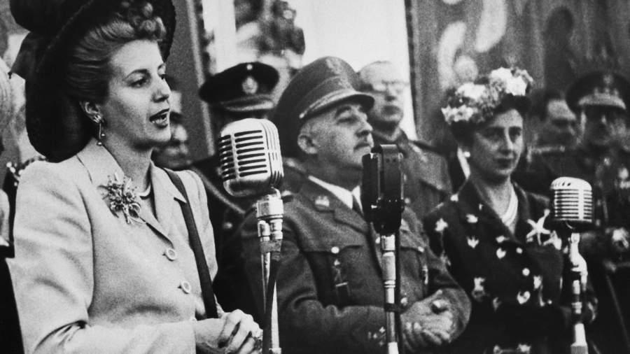 Первая леди Аргентины Эва Перон выступает на праздновании праздника Девы Паломы во время своего первого визита в Мадрид