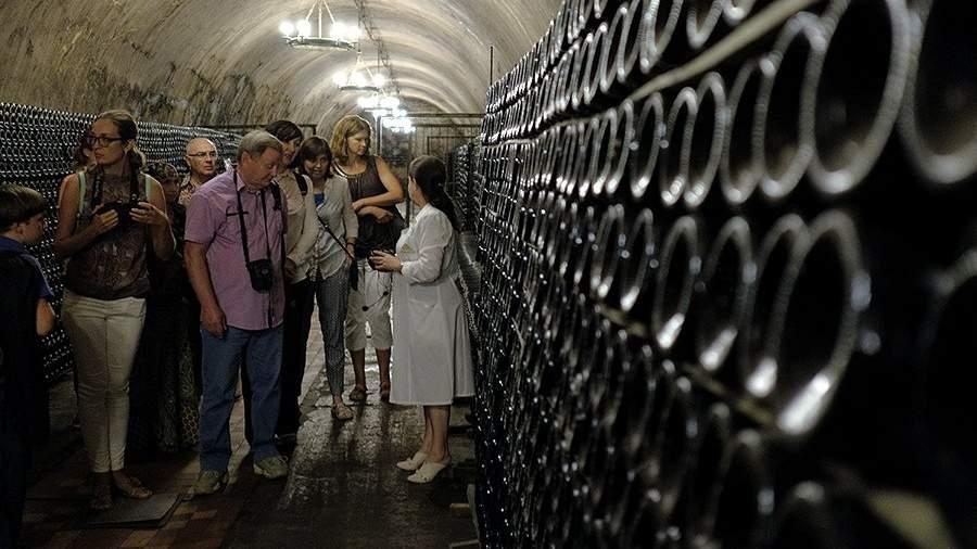 Посетители в центре винного туризма на территории Русского Винного Дома «Абрау-Дюрсо»