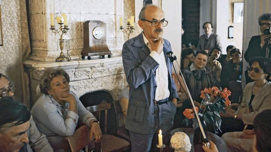 Поэт Булат Окуджава выступает в бывшей гостиной дома Трубецких в Доме-музее декабристов в Иркутске на литературно-музыкальном вечере, посвящённом первым русским революционерам