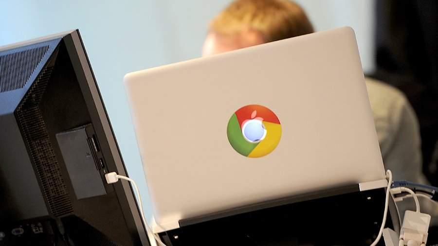 Человек за компьютером в офисе Google