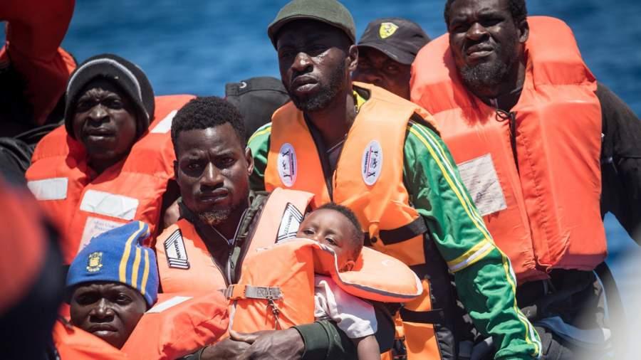 Морской дозор спасает 65 мигрантов с резиновой лодки, терпящей бедствие, в 30 морских милях от побережья Ливии