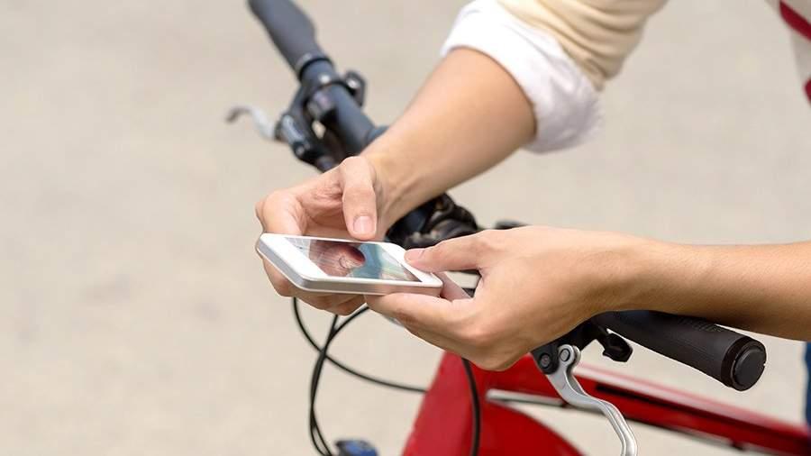 велосипед - парень смотрит в смартфон