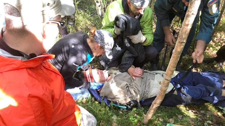 Волонтеры поискового отряда «Лиза Алерт» и сотрудники МЧС оказывают помощь пенсионеру, найденному в лесу