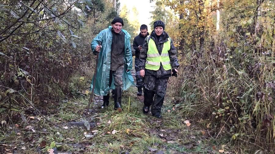 Волонтеры поискового отряда «Лиза Алерт» выводят из леса найденного заблудившегося грибника