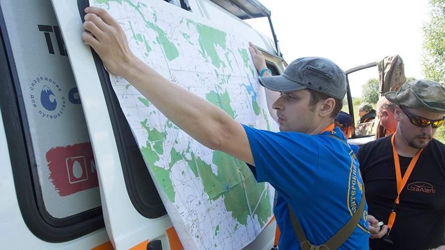Волонтеры поискового отряда «Лиза Алерт» во время поиска пропавшего в лесу человека