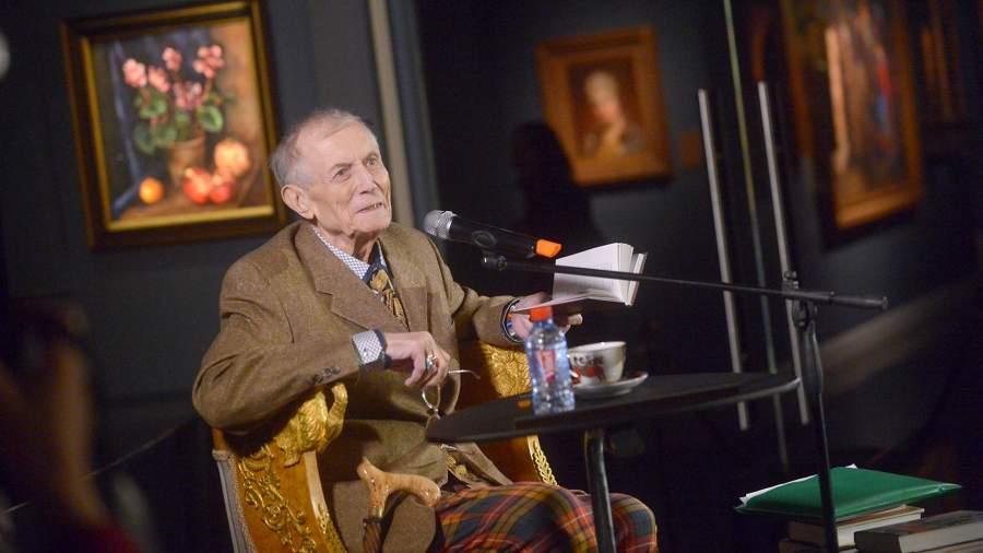 Поэт Евгений Евтушенко во время выступления на своем творческом вечере