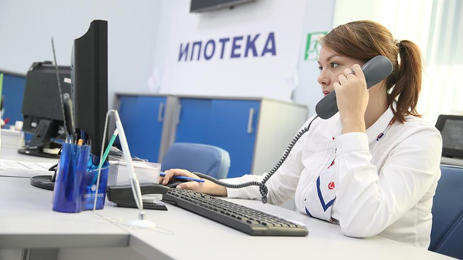 Женщина работает за компьютером в банке