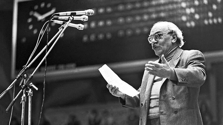 Поэт Давид Самойлов читает свои стихи на поэтическом вечере, 1983 год