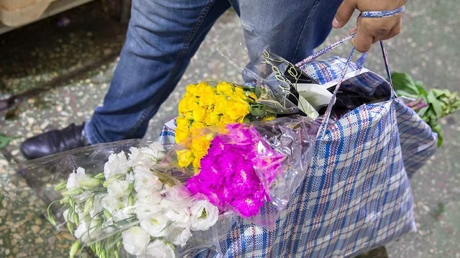 Мужчина с сумкой с цветами