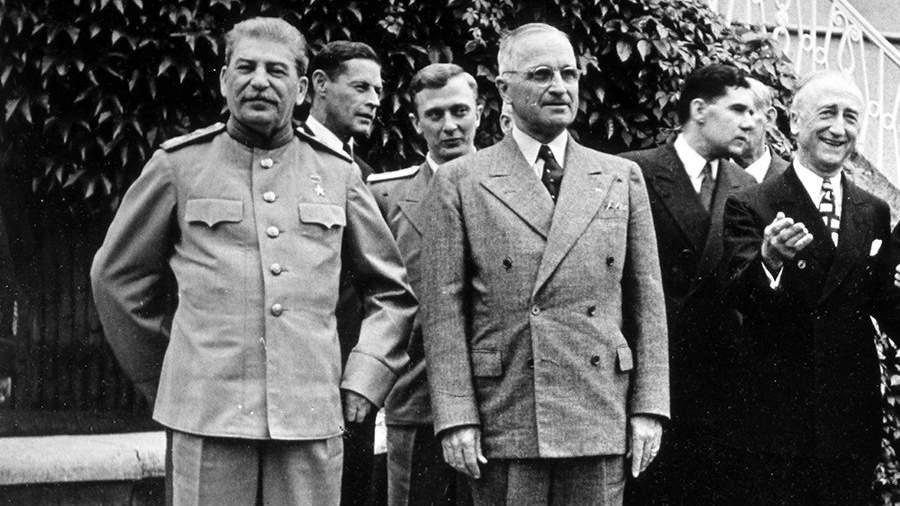 Иосиф Сталин и президент США Гарри Трумэнна Потсдамской конференции во дворце Цецилиенхоф. 27 июля 1945 года