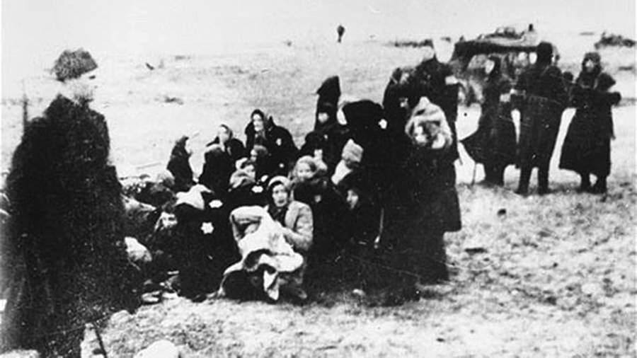 Члены полицейского батальона собирают на пляже вблизи Лиепаи группу евреев для казни.15 декабря 1941 года