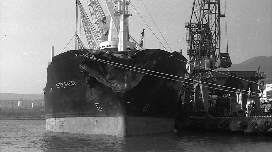 Сухогруз «Петр Васев» после столкновения с круизным лайнером «Адмирал Нахимов» в порту Новороссийска