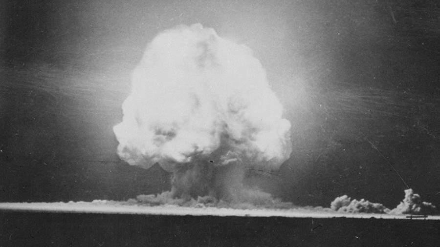 Первый в мире опытный взрыв атомной бомбы на полигоне Аламогордо в штате Нью-Мексико. 16 июля 1945 года