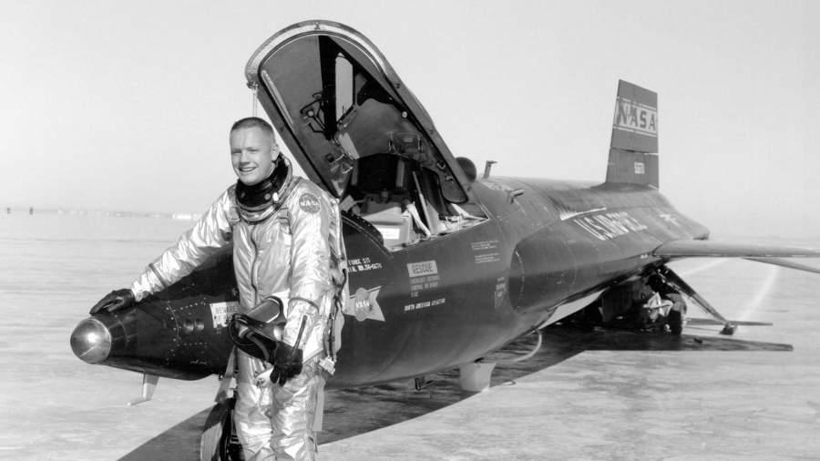 Нейл Армстронг у самолета X-15