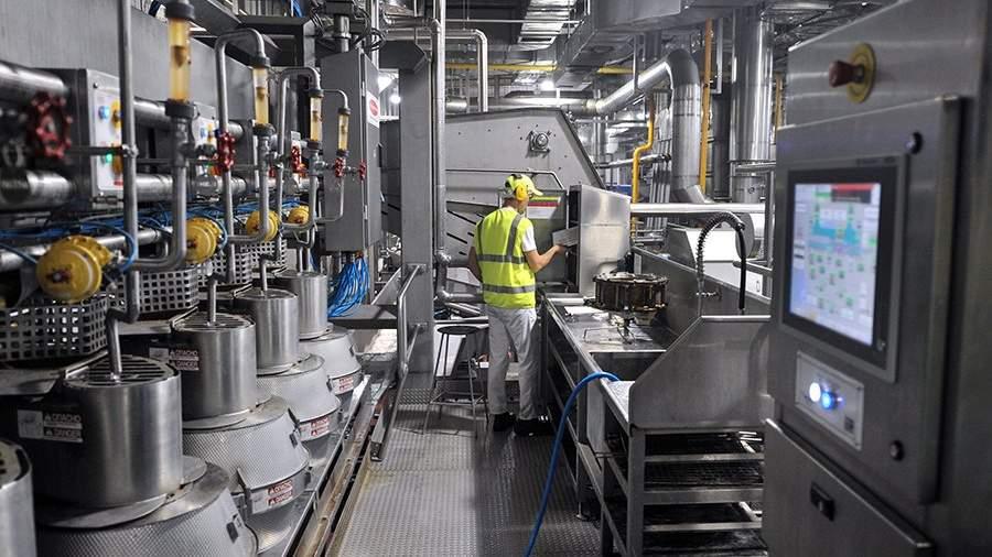 Рабочий контролирует оборудование на заводе PepsiCo
