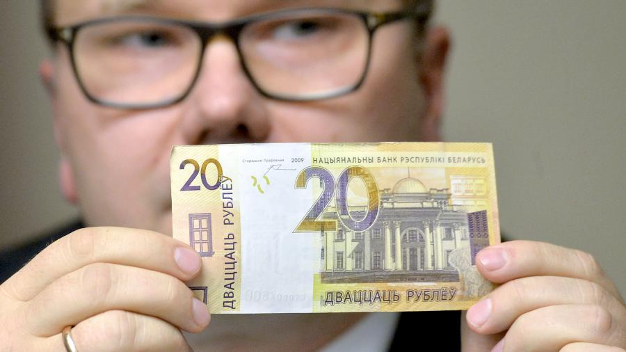 Заместитель председателя правления Национального банка Беларуси Дмитрий Лапко демонстрирует банкноту номиналом 20 рублей во время презентации новых белорусских денег в центральном хранилище Национального банка Республики Беларусь