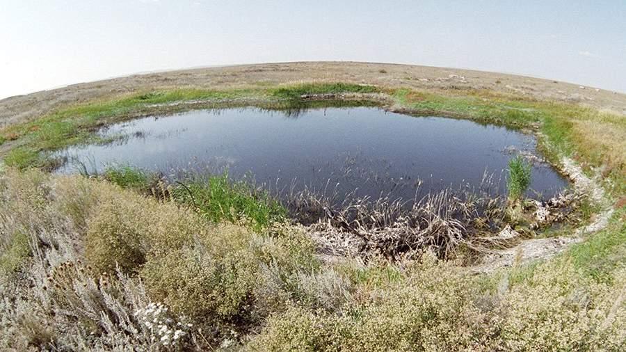 Озеро на месте первого наземного ядерного взрыва на Семипалатинском полигоне