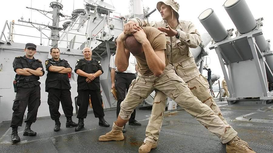 Инструктор армии США показывает приемы самообороны офицерам береговой охраны Грузии
