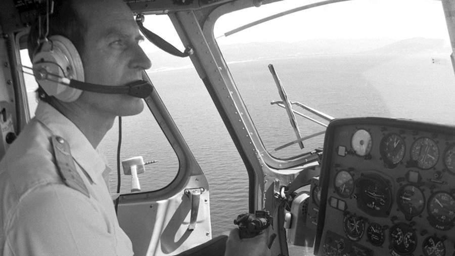 Заместитель командира авиаэскадрильи второго краснодарского объединенного авиаотряда В. В. Карандашов, участвующий в спасательных работах по поиску людей после гибели круизного лайнера «Адмирал Нахимов»