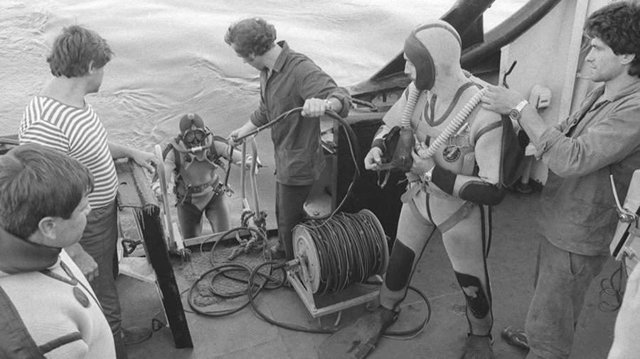 Водолазы спасательного судна «Аметист» перед погружением для поиска пропавших после гибели круизного лайнера «Адмирал Нахимов»