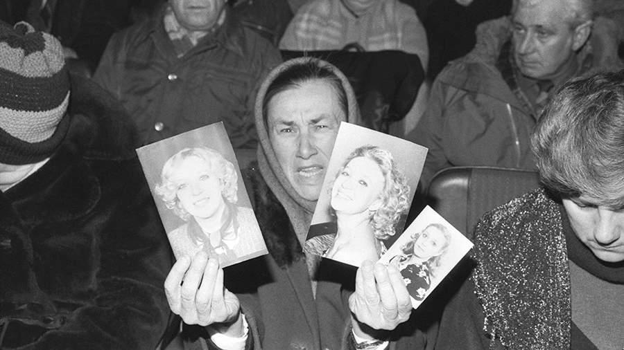 Галина Петровна Бессарабова во время показа фотографий своей дочери Людмилы, погибшей при столкновении сухогруза «Петр Васев» и круизного лайнера «Адмирал Нахимов»
