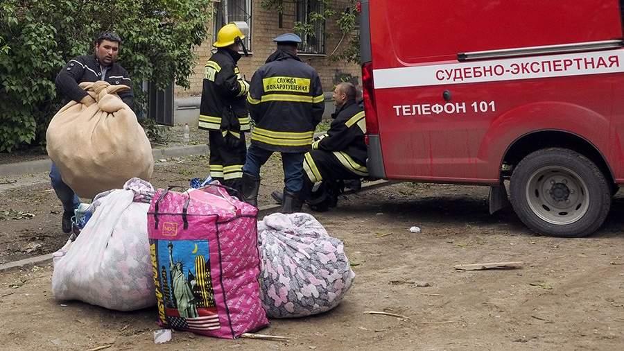 Жители дома  забирают вещи из квартир