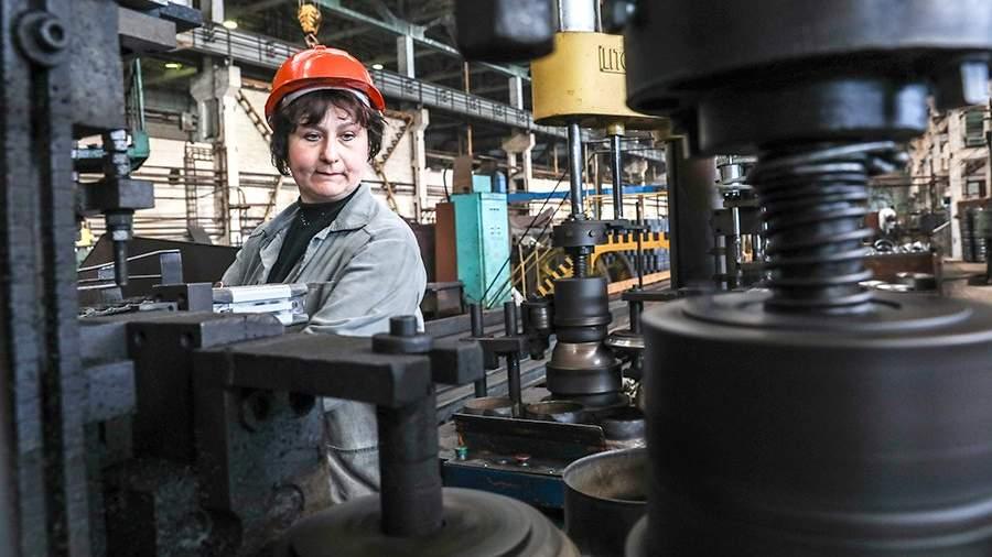 В цехе по производству стальной эмалированной посуды