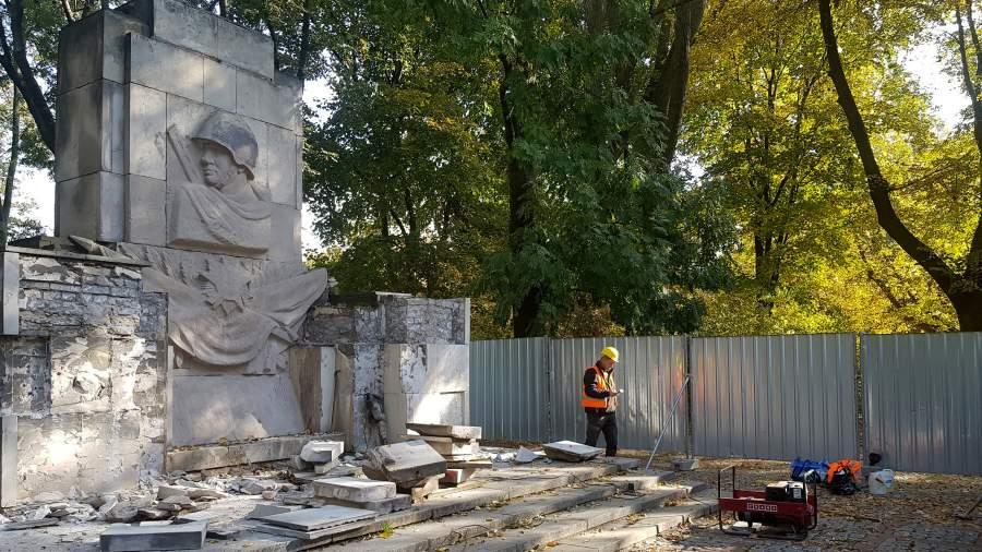 Во время демонтажа памятника Благодарности Красной армии, установленного в Скарышевском парке на правом берегу Вислы,Варшава