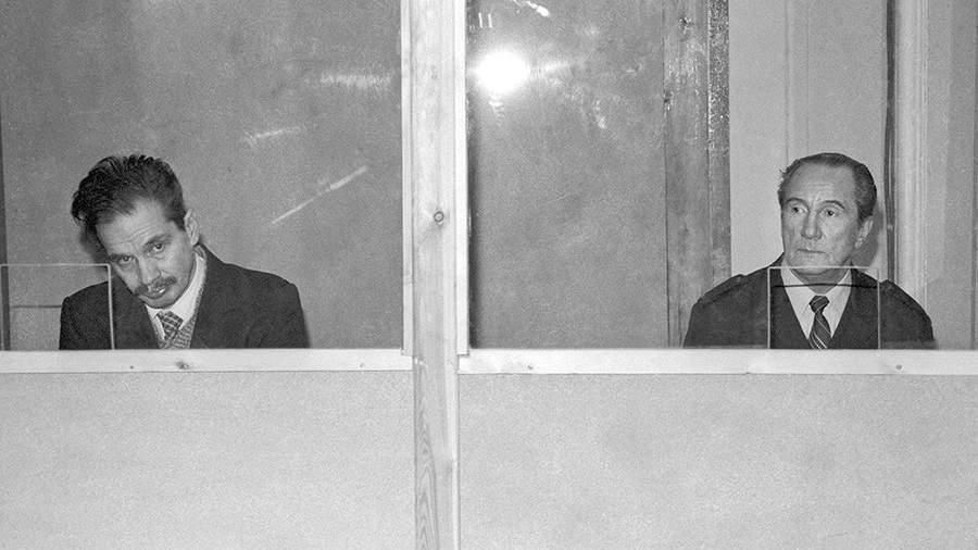 Бывшие капитаны В. Марков (справа) и В. Ткаченко, обвиняемые в столкновении пассажирского лайнера «Адмирал Нахимов» и сухогруза «Петр Васев», во время заседания судебной коллегии по уголовным делам Верховного суда СССР