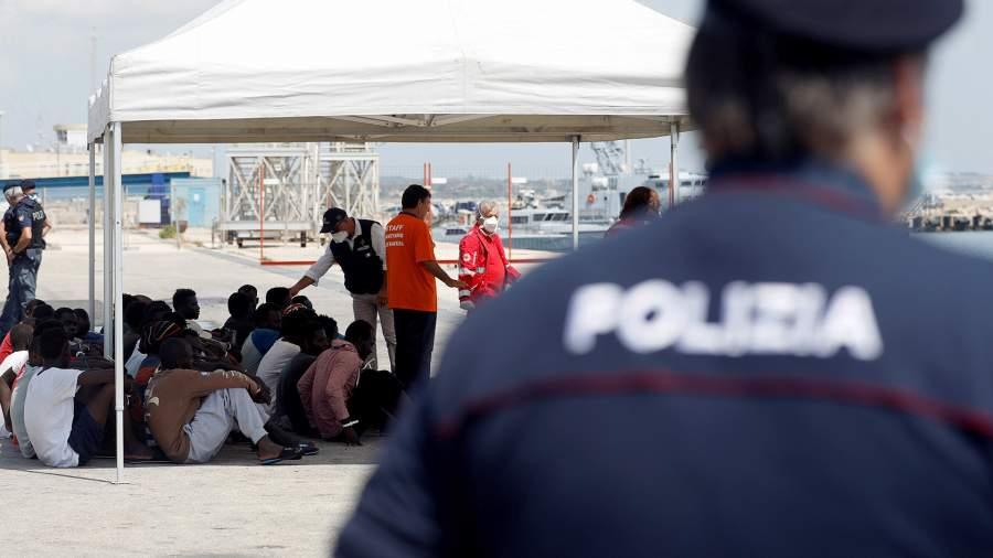 Мигрантыпосле прибытиякораблем Элеонора в итальянский порт Поццалло, Италия