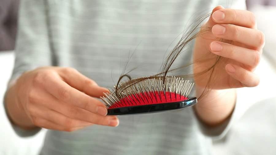 волосы в руках и на расческе