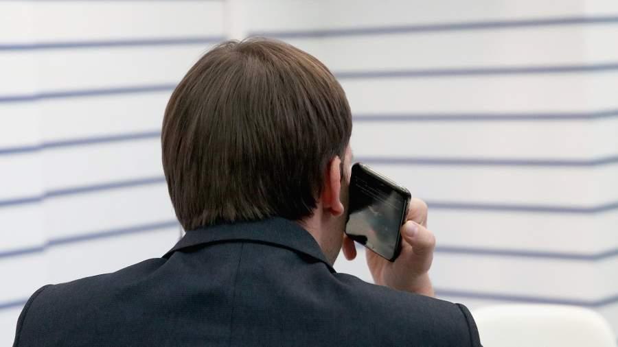 молодой человек с телефоном