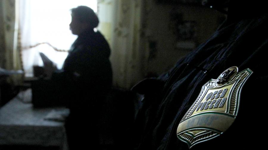 Сотрудник Федеральной службы судебных приставов во время обхода квартир неплательщиков коммунальных услуг