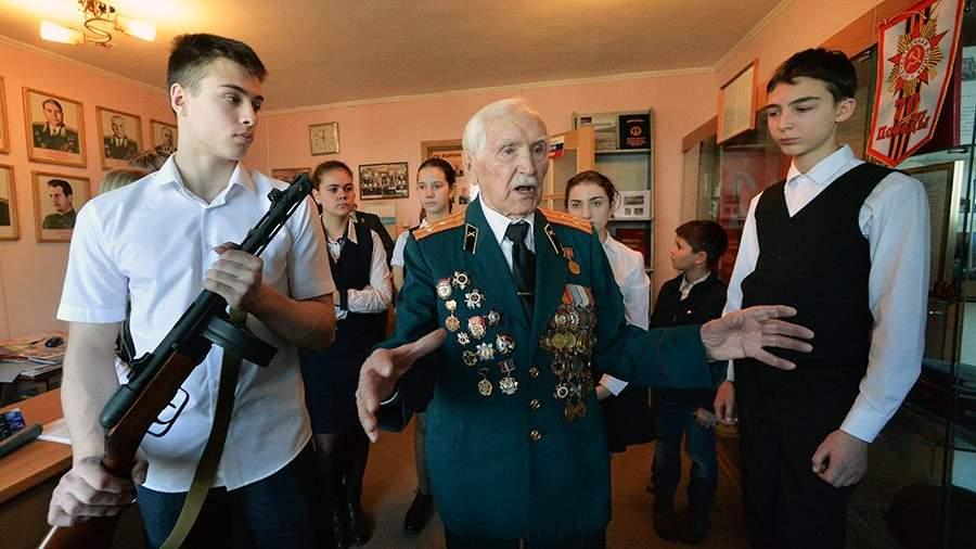 Урок мужества со школьниками в комнате боевой славы Совета ветеранов
