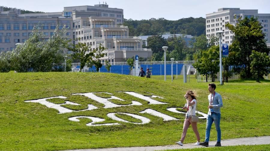 На набережной бухты Аякс в кампусе Дальневосточного федерального университета на острове Русский, Владивосток