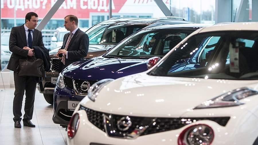 """Посетители в новом дилерском центре компании Nissan - автоцентре """"Автопродикс Гражданский""""."""