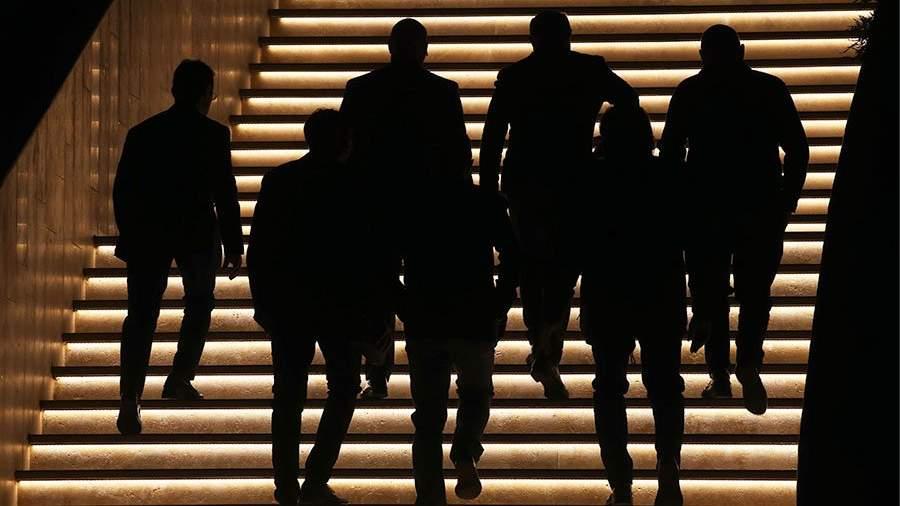 люди мужчины поднимаются по лестнице
